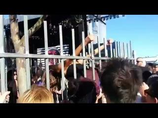 Неудачно перелезла через забор